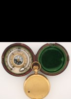 Gilded pocket altimeter in leather box with inside a thermometer an a lockable compass. Scale from 0 to 6000 meter