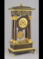 Antique french brass casted french portico mantel clock in gothic style, a style that only lasted a short period (ca. 1835-1845). The sharp casted brass is partly fire-guilded and patinated in the 2 colors brown and green. The engaged dial plate i guilder and has Breguet hands. <BR/> 45 x 21,5 x 14 cm